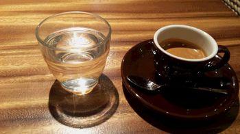 エスプレッソと水.jpg